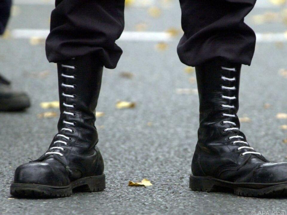Zahl der rechtsextremen Tathandlungen stieg um 13,5 Prozent neonazi nazi sym springerstiefel gewalt