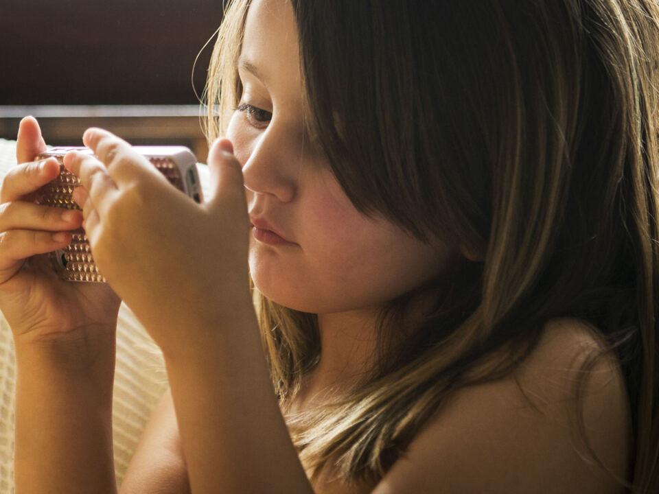 brille Kurzsichtigkeit kinder smartphone handy