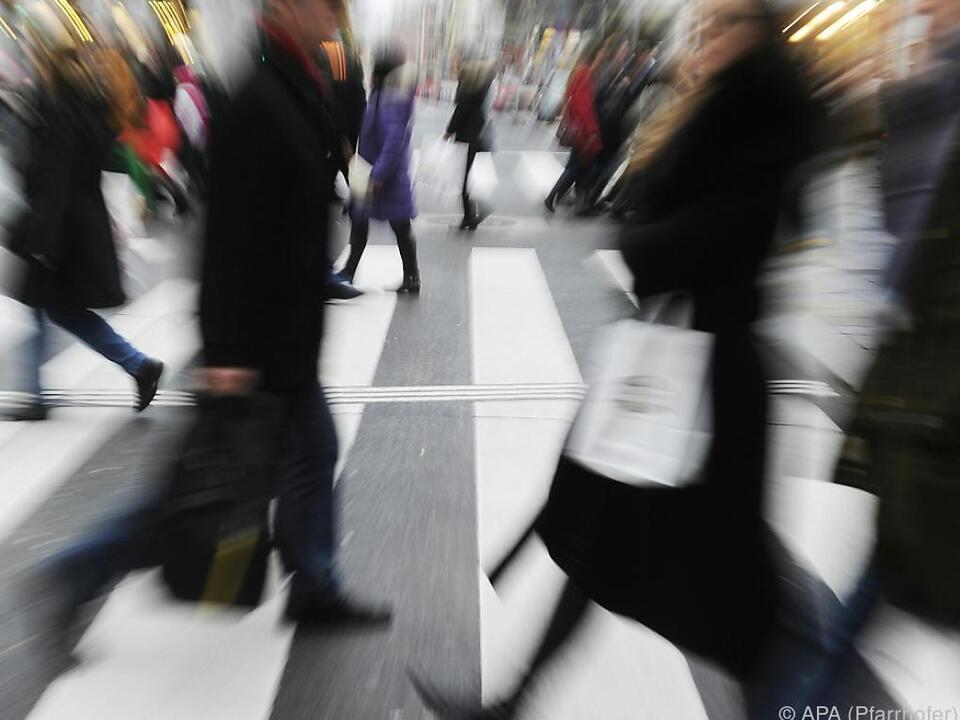 90 Prozent des Bevölkerungsanstiegs durch Zuwanderung zoom menschen hektik einkaufen pendeln arbeit