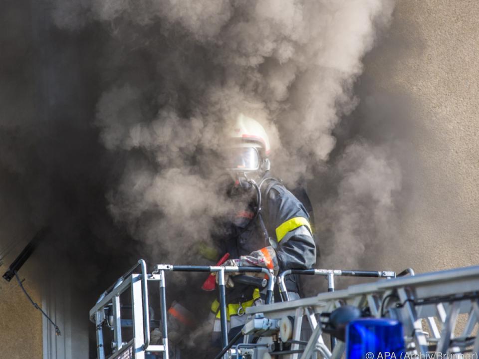 Aus bisher unbekannten Gründen fing ein Auto Feuer