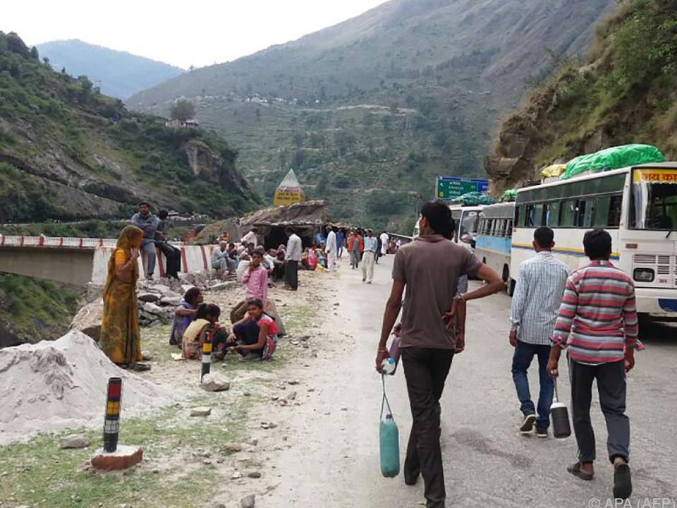 Menschen sitzen nach Erdrutsch in Indien fest