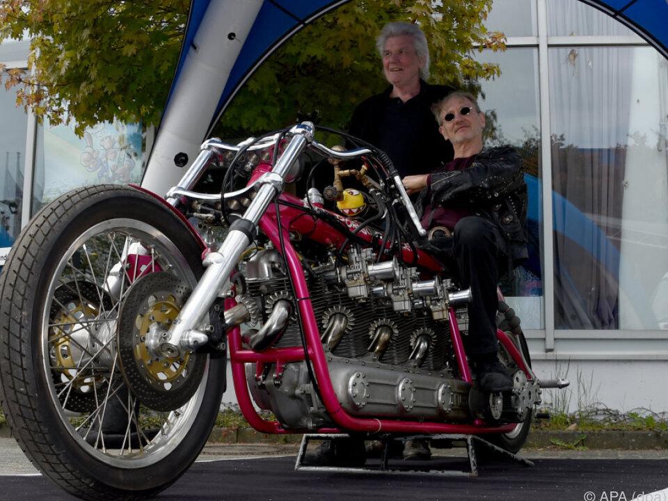 Comic-Zeichner Feldmann mit selbst-modifiziertem Motorrad