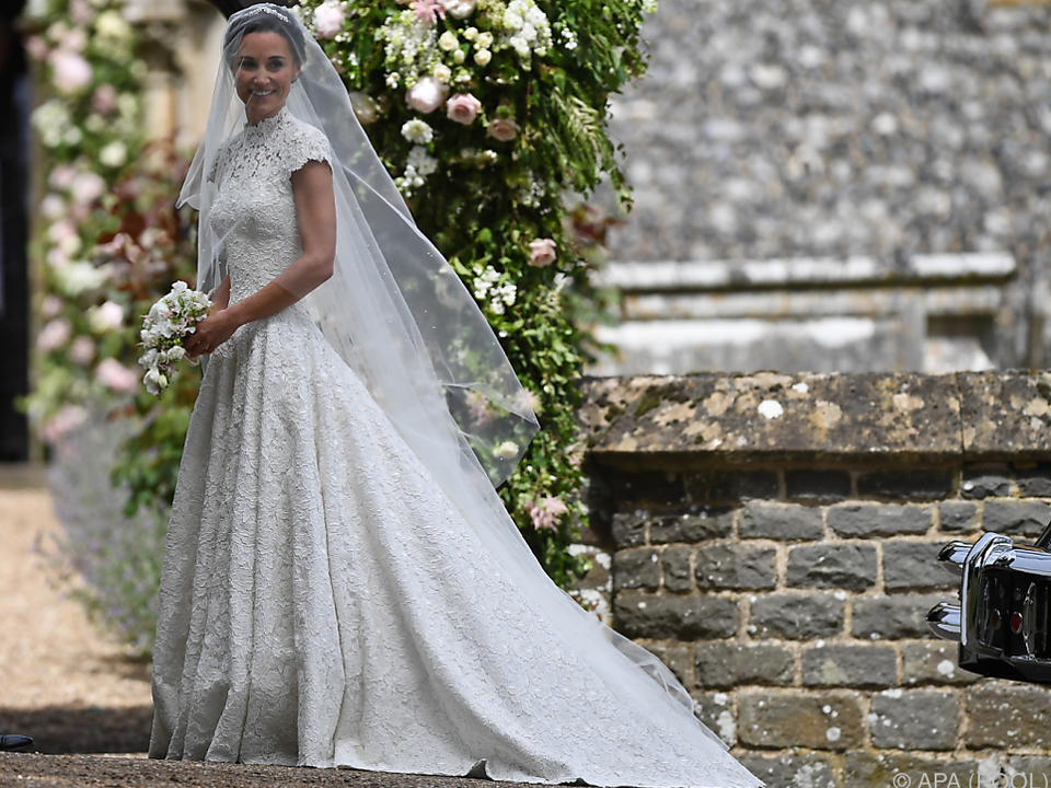Das Kleid stammt vom britischen Designer Giles Deacon