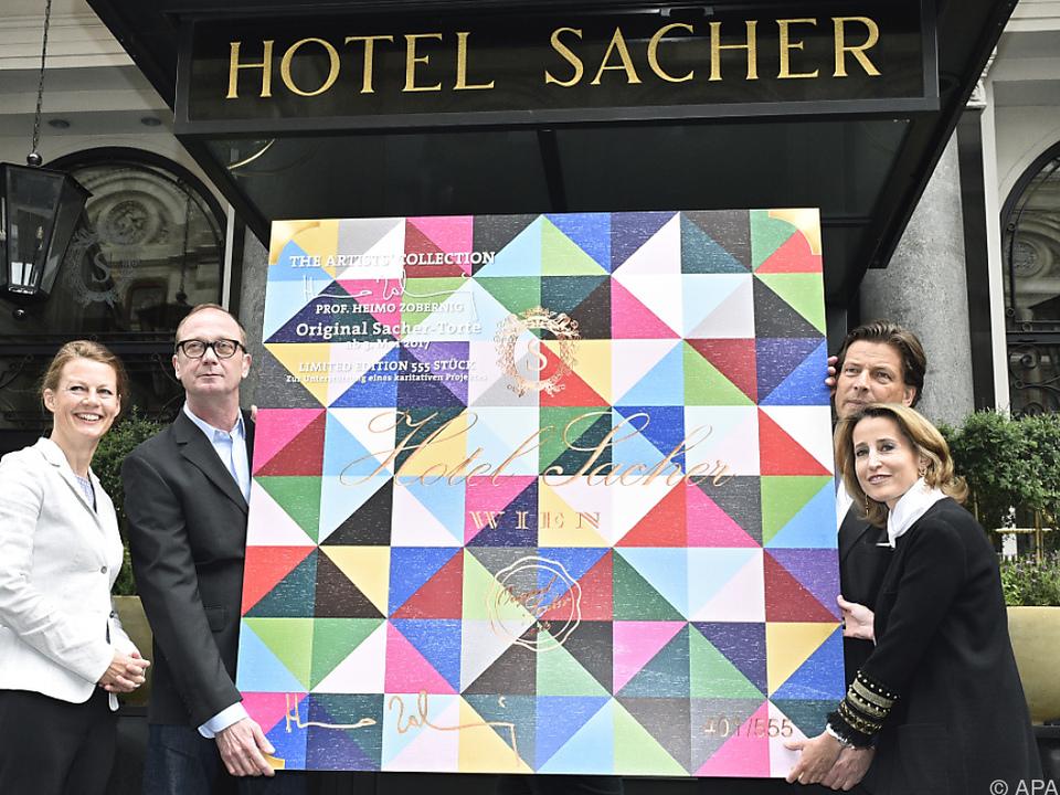 Das Verpackungs-Design wurde in Großform vor dem Hotel präsentiert