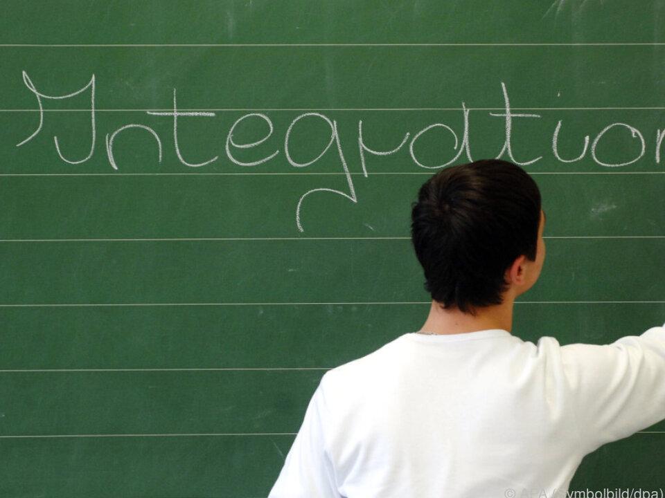 Debatte über Verhüllungsverbot und Sprachkurse integration flüchtling