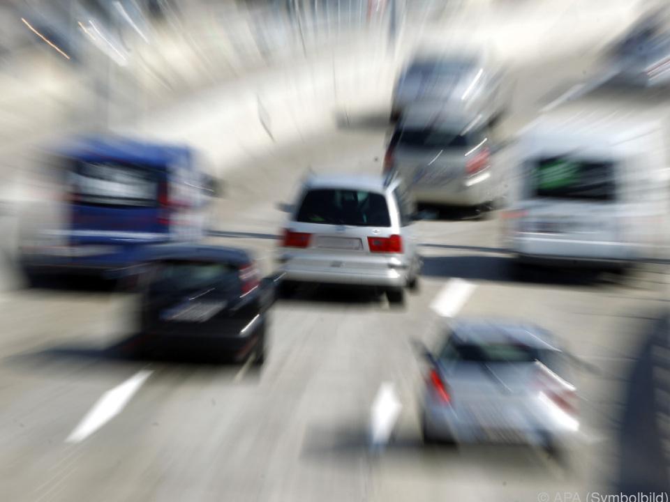Die Hälfte der bisherigen Verkehrstoten 2017 entfiel auf Autofahrer verkehr auto autobahn zoom sym