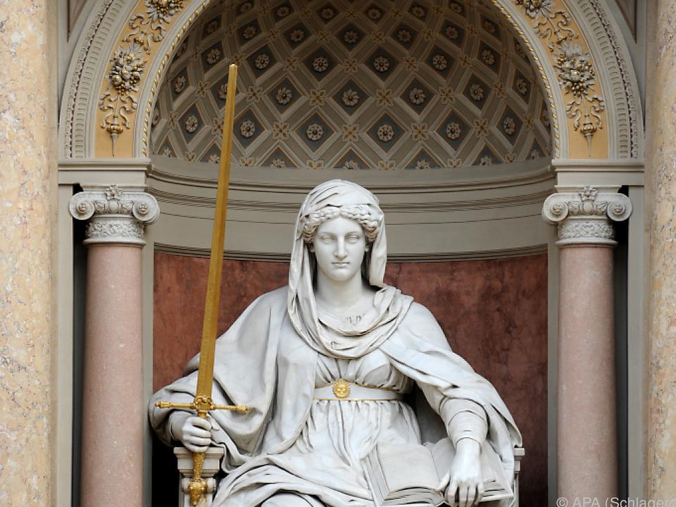 Die Statue der Justitia im Obersten Gerichtshof in Wien