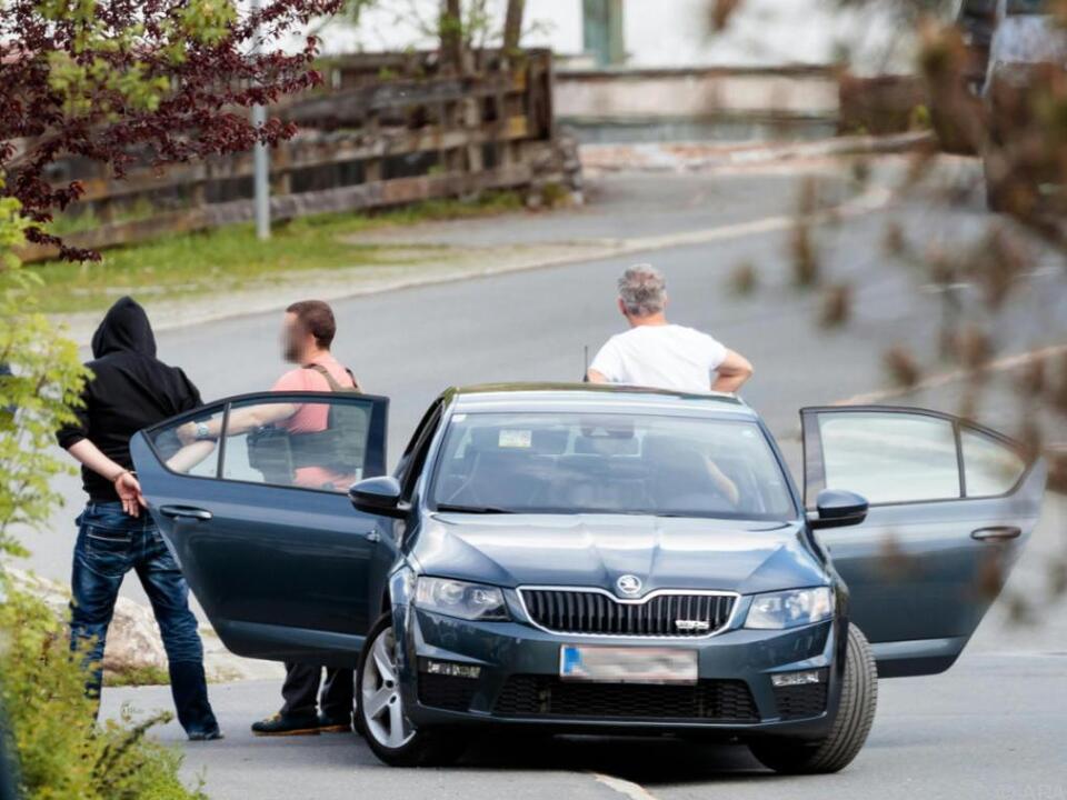 Einsatzkräfte der Polizei bei der Verhaftung des Täters am Tatort