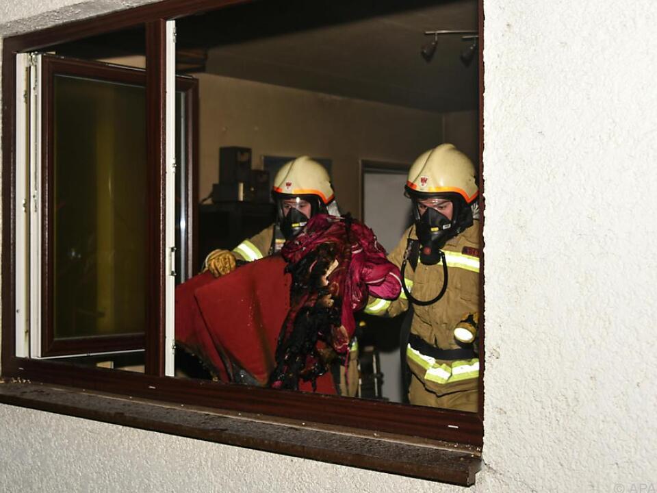 Einsatzkräfte mit Atemschutzgeräten bei Brandbekämpfung