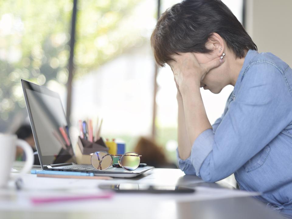 burnout arbeit verzweiflung computer internet schlechte nachricht trauer