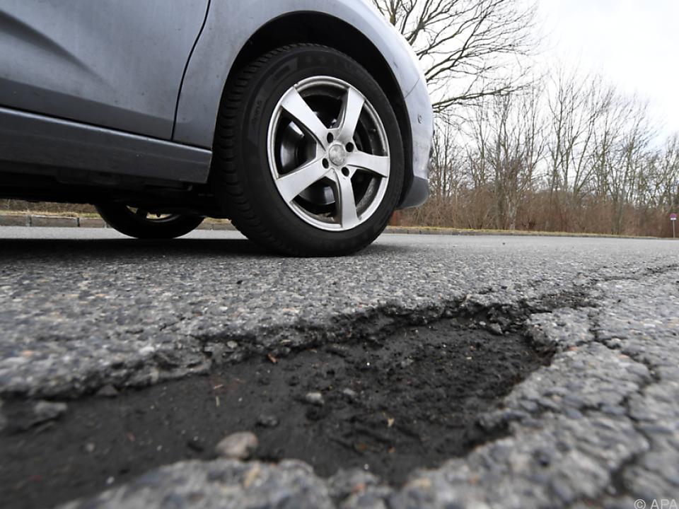 Im Vorjahr wieder mehr Unfälle auf Österreichs Straßen straße schlagloch auto