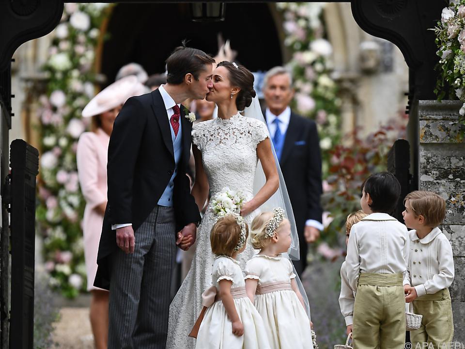 Journalisten erhaschten einen Blick auf das küssende Brautpaar
