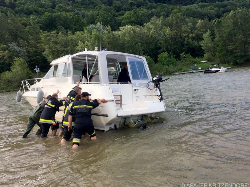 Motorjacht auf der Donau wurde flott gemacht