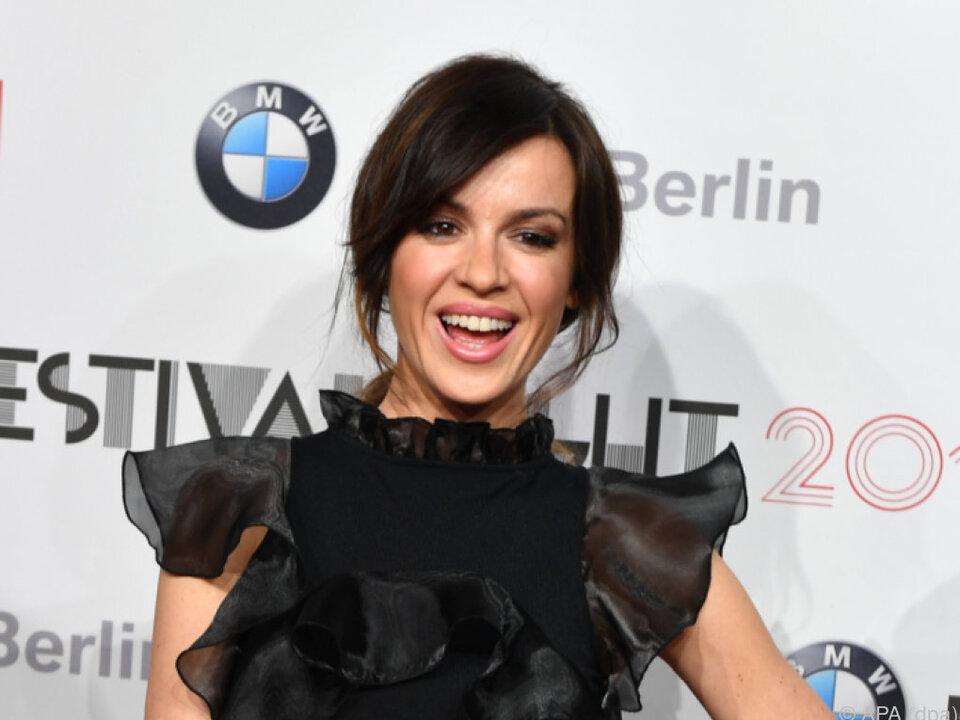 Natalia Avelon erweist sich als Multitalent