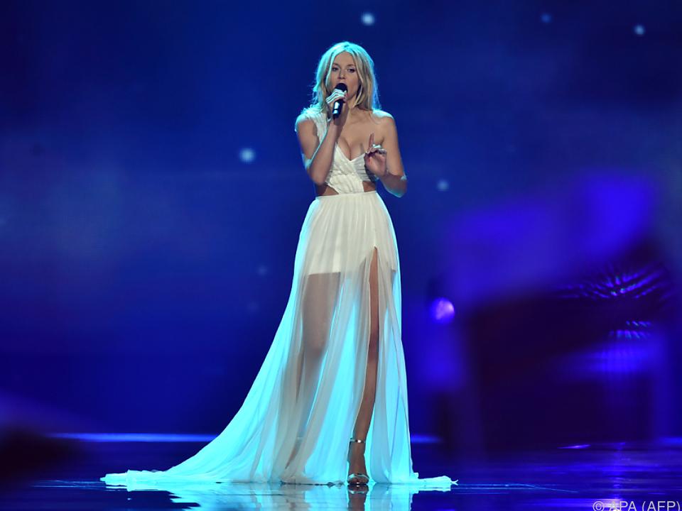 Polens Sängerin Kasia Mos fällt mit einem Hauch von Weiß auf