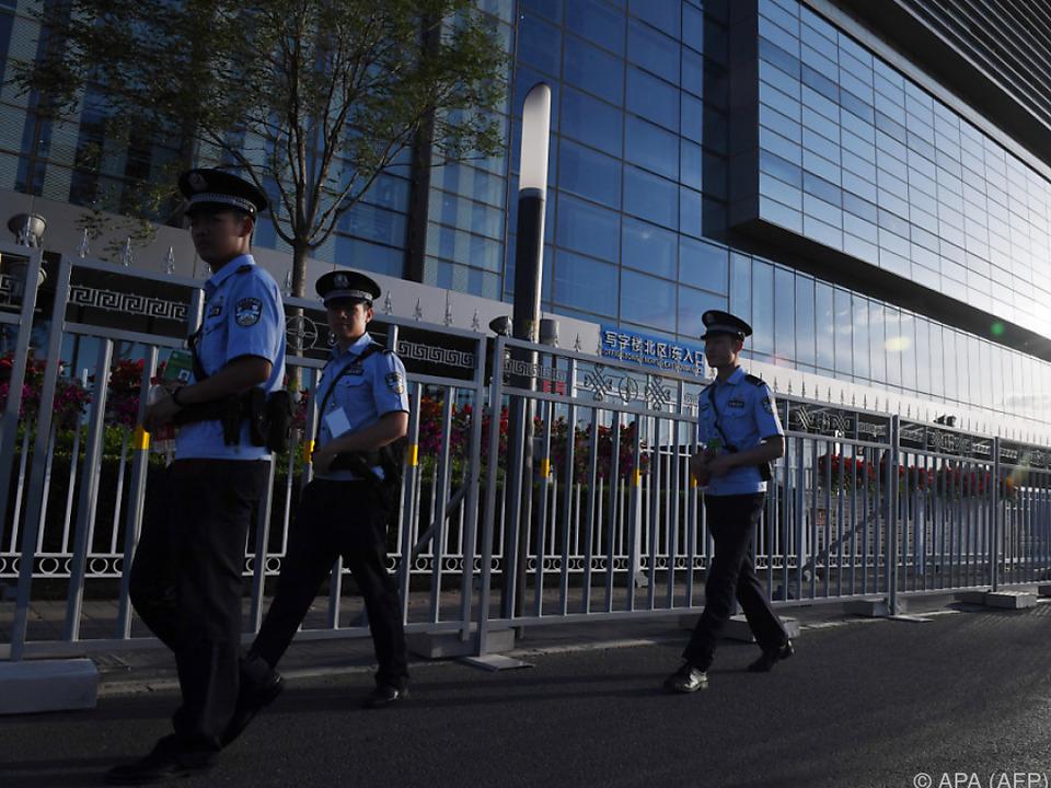 Polizeikontrolle außerhalb des Convention Centers in Peking