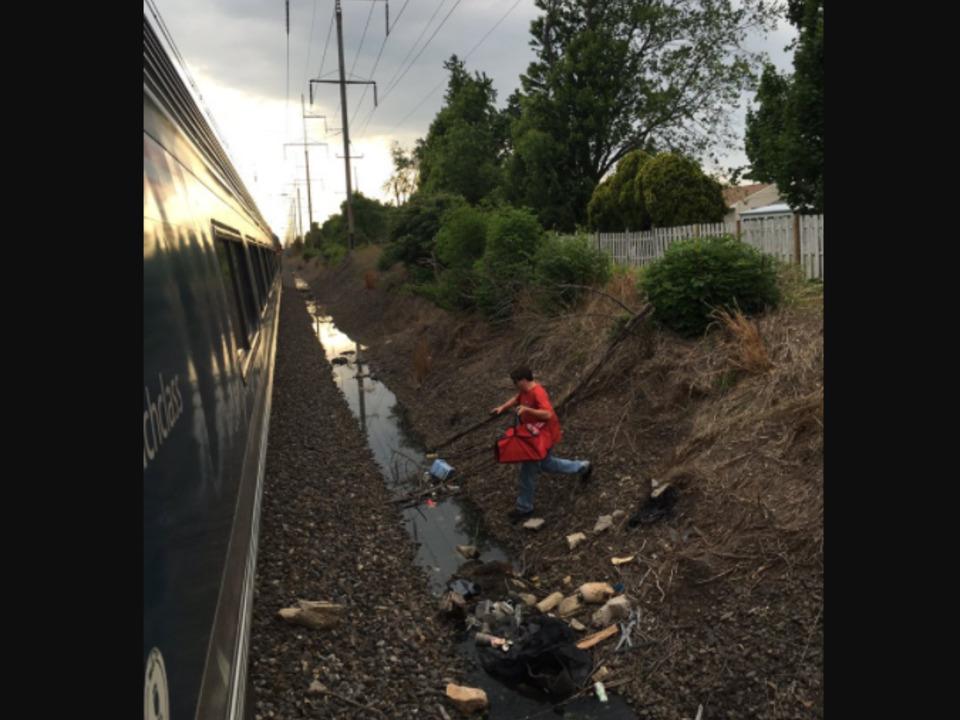 Pizza-Bote beliefert stecken gebliebenen Zug