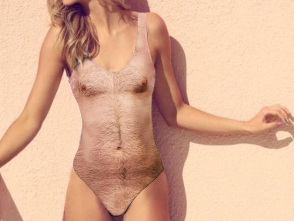 Badeanzug mit Brusthaaren