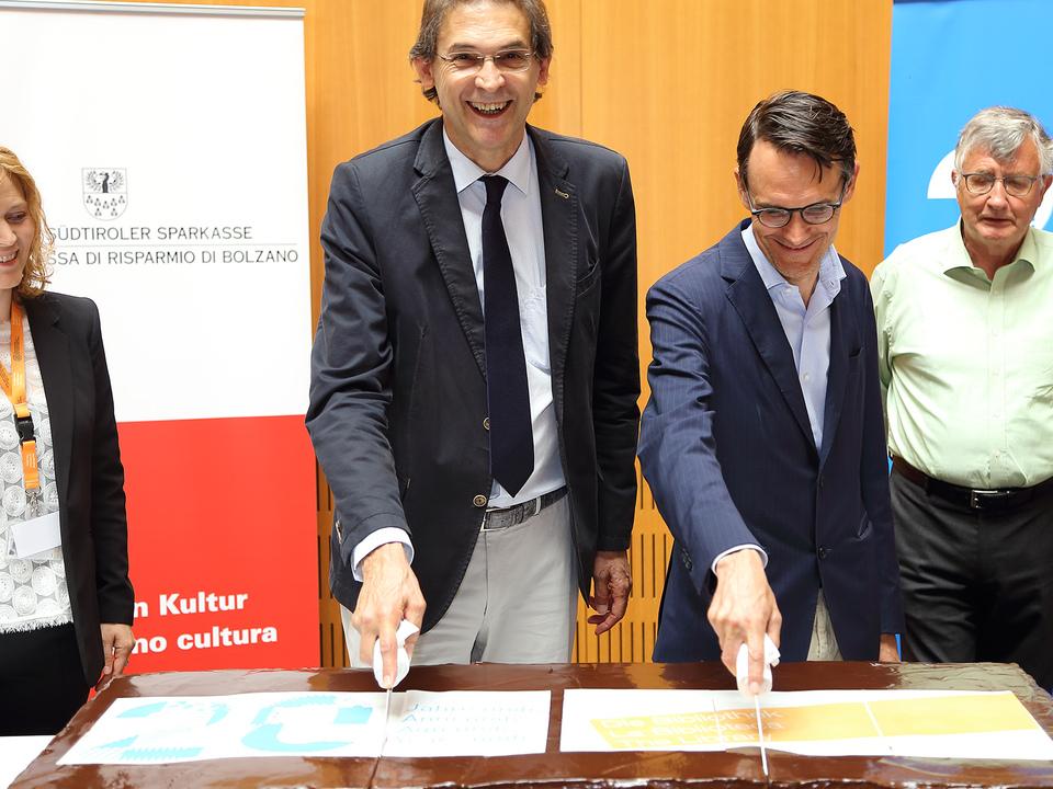 20 Jahre Unibibliothek Bozen Tortenschnitt