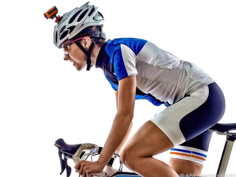 Actioncams wie die Ricoh WG M2 lassen sich auch am Fahrradhelm befestigen