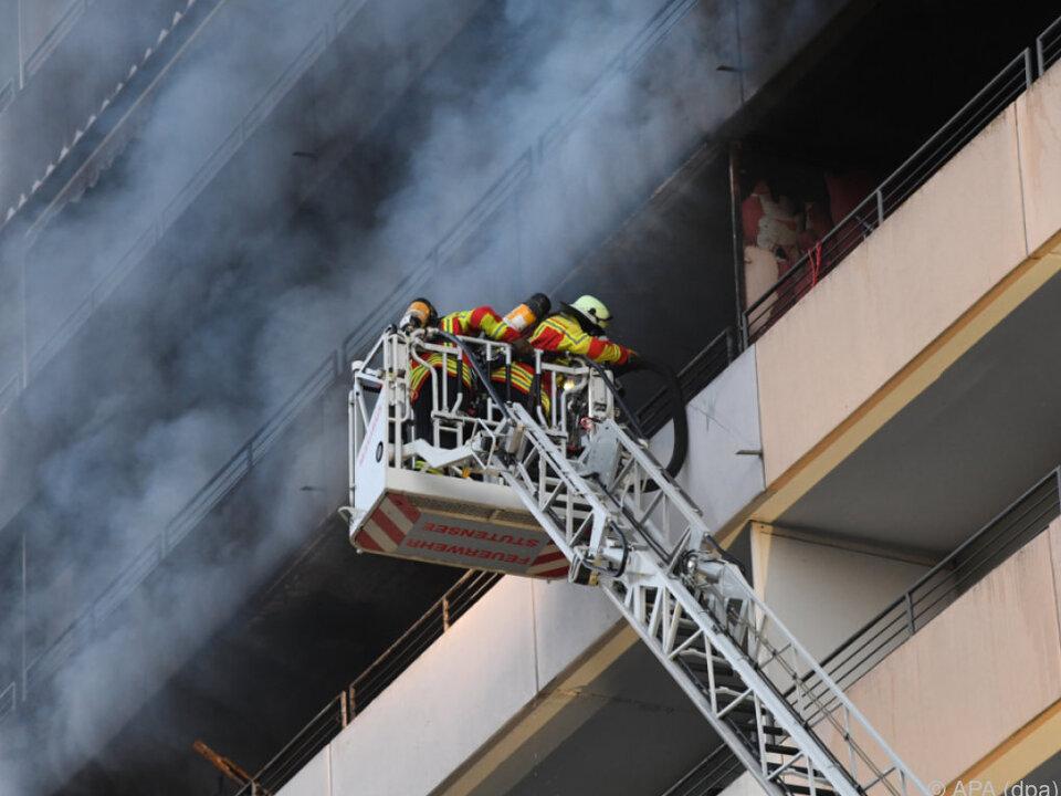 Bewohner wurden mit Drehleitern aus dem Gebäude geholt