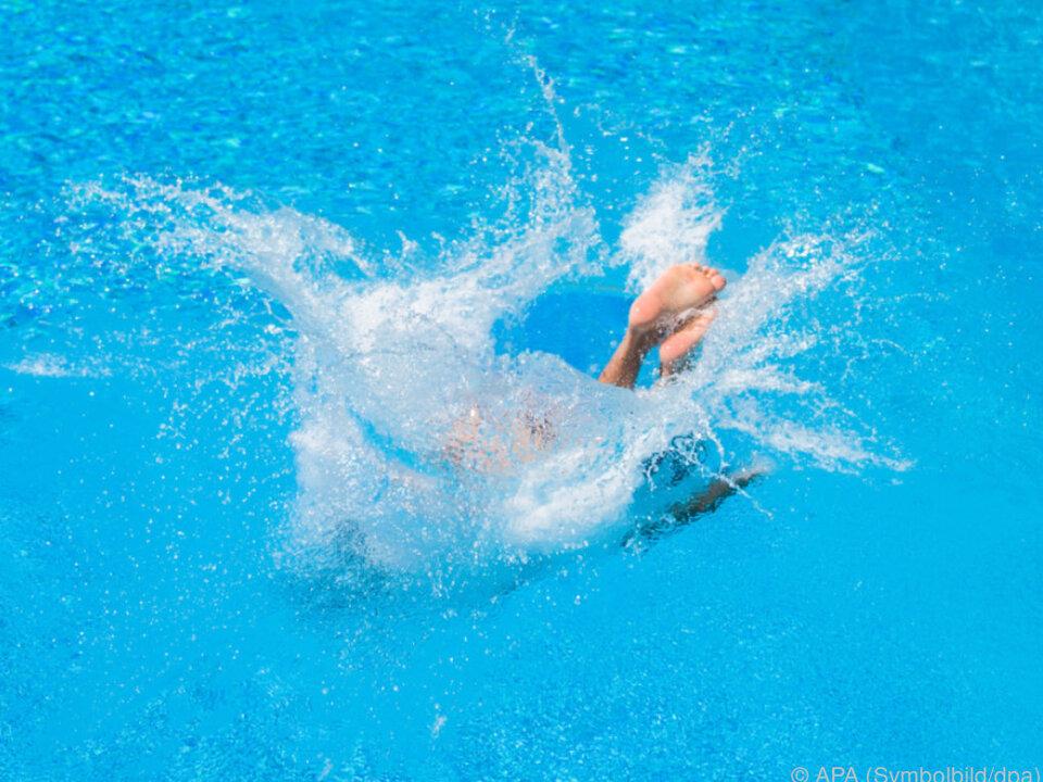 Das Mädchen konnte nach dem Rutschen aus dem Wasser geholt werden pool schwimmbad hitze sommer