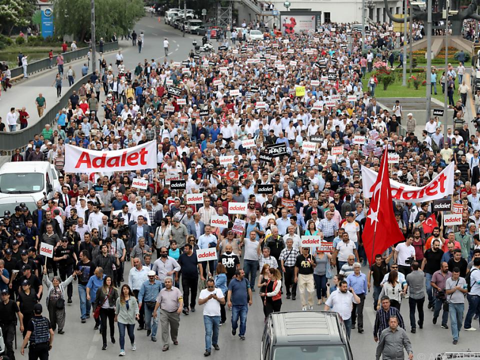 Demonstration gegen die Festnahme von CHP-Abgeordneten