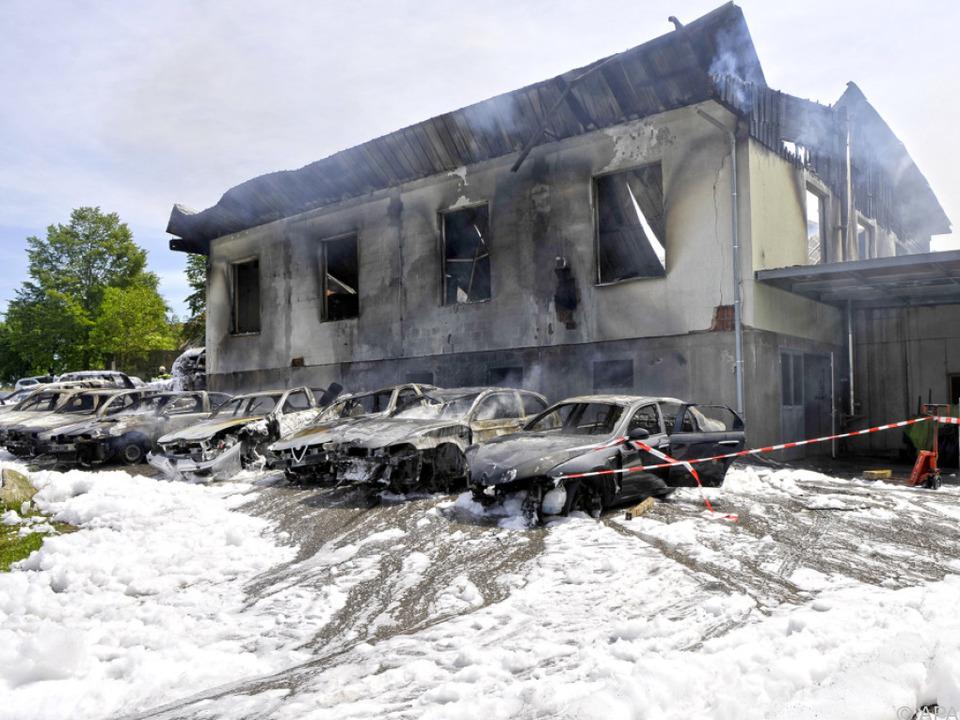 Der Brand griff auf andere Autos und Gebäude über