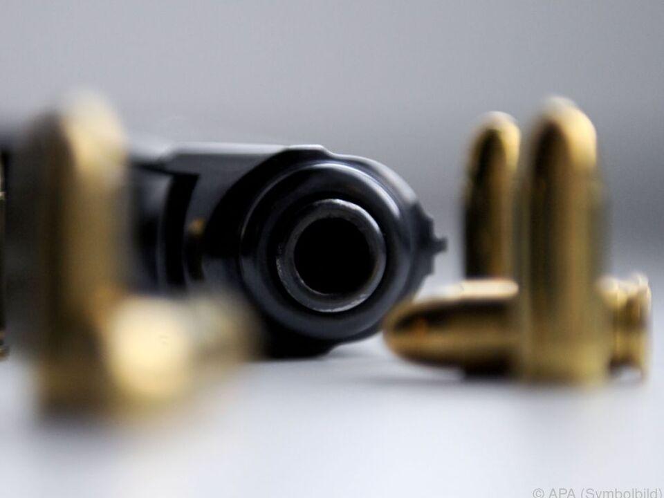 Der Bub spielte mit der herumliegenden Pistole