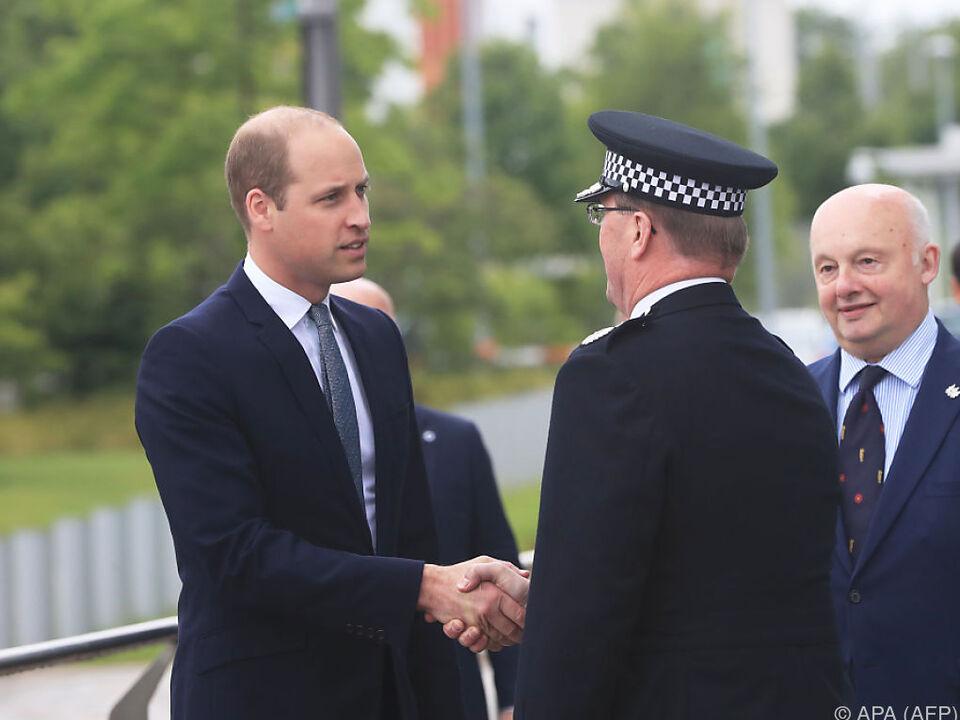 Der Prinz bedankt sich bei den Polizisten