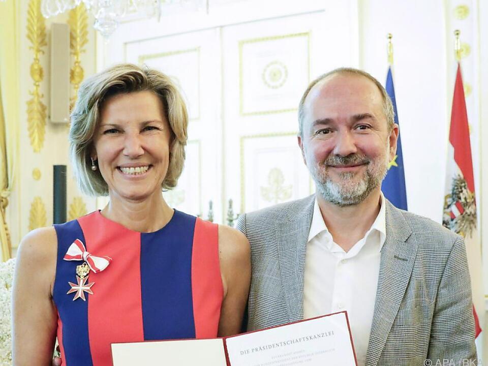 Die Geehrte mit Minister Thomas Drozda