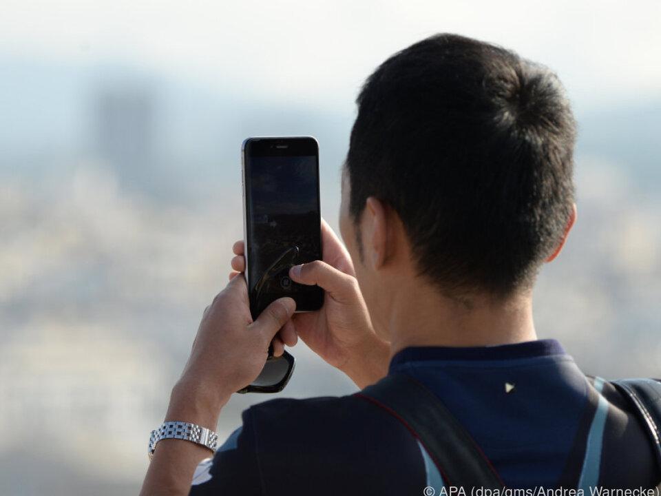 Entspannt stehen - dann verwackeln Smartphone-Fotos nicht so leicht