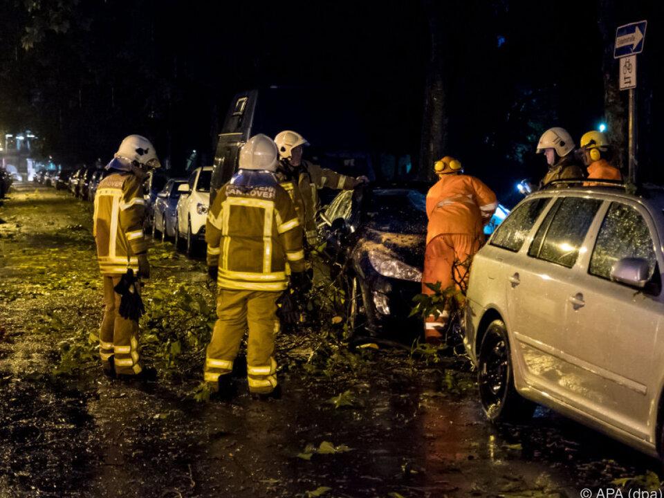 Fahrzeug in Hannover unter Baum begraben