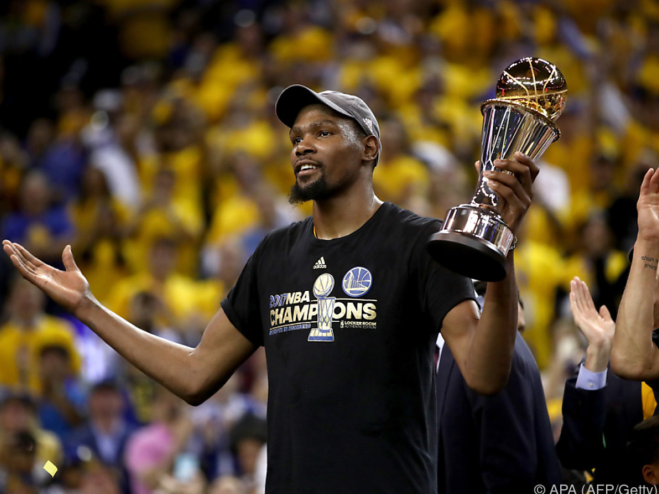 Final-MVP Kevin Durant mit dem Meisterpokal