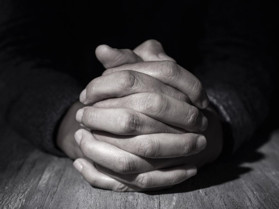 beten pfarrer priester gebet hände mönch