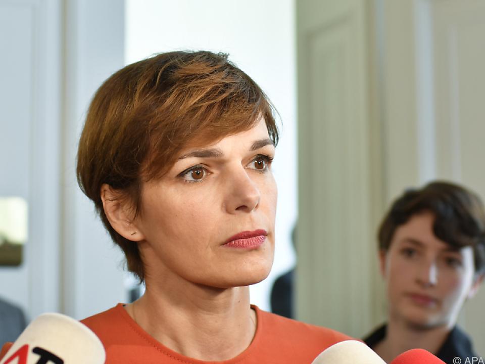 Frauenministerin Pamela Rendi-Wagner ignoriert Kurz\' Ablehnung