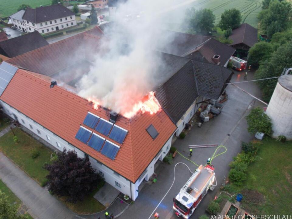 Großeinsatz bei Brand in Vierkanthof