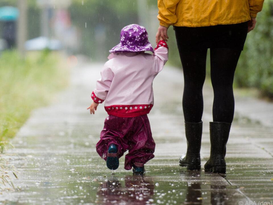 Kinderbetreuung ist immer noch vor allem Frauensache kinder kita kindergarten regen wetter herbst