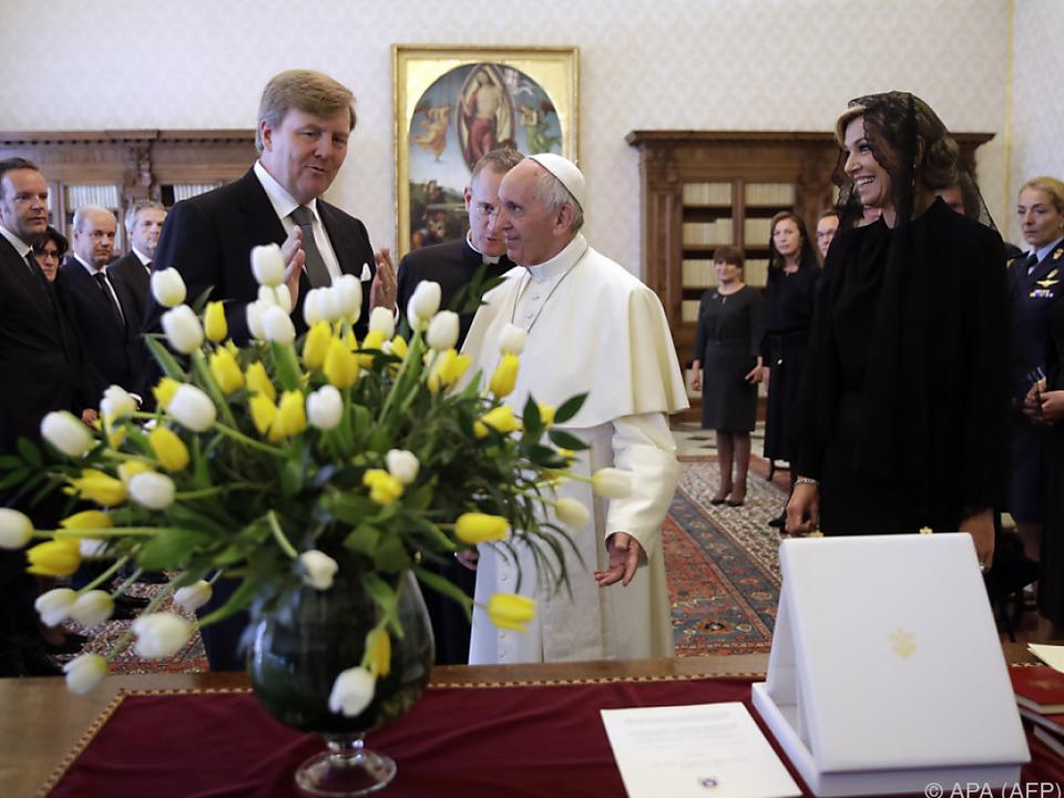 König Willem-Alexander, Maxima, Papst und Blumenstrauß