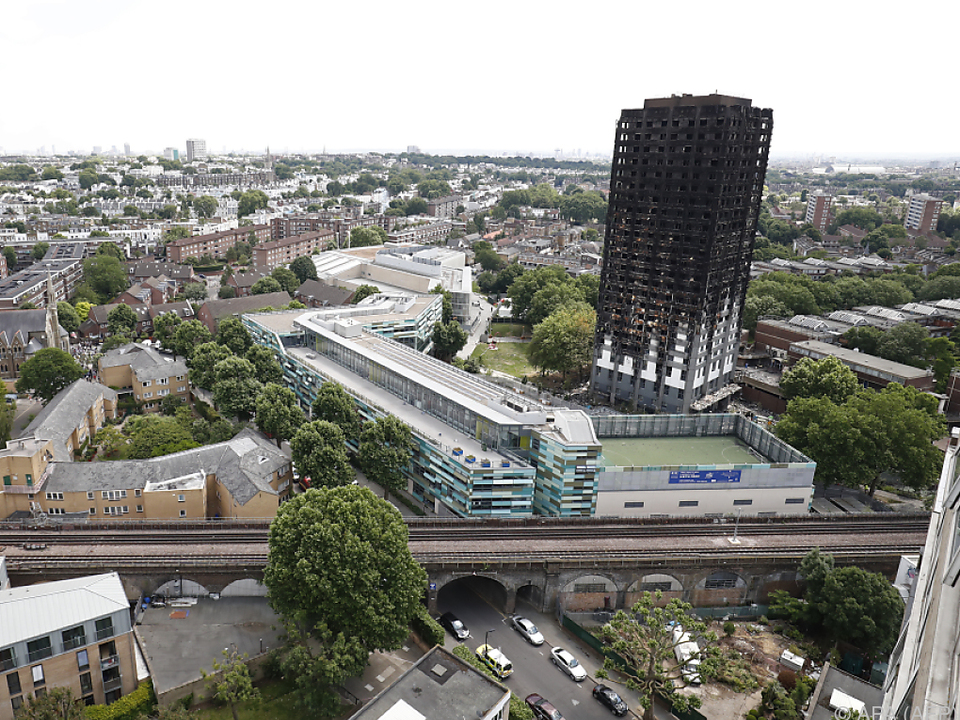 Nun ragt in Kensington ein verkohlter Turm aus der Landschaft