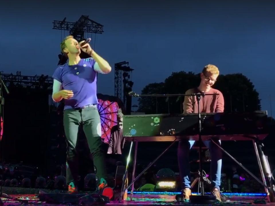 Junger Mann spielt bei Coldplay-Konzert