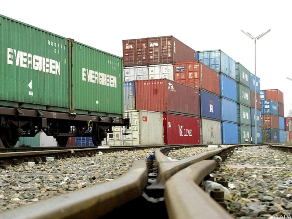 Starke Zuwächse bei Ex- und Importen güterverkehr schiene zug container wirtschaft handel arbeit export import zug gleise