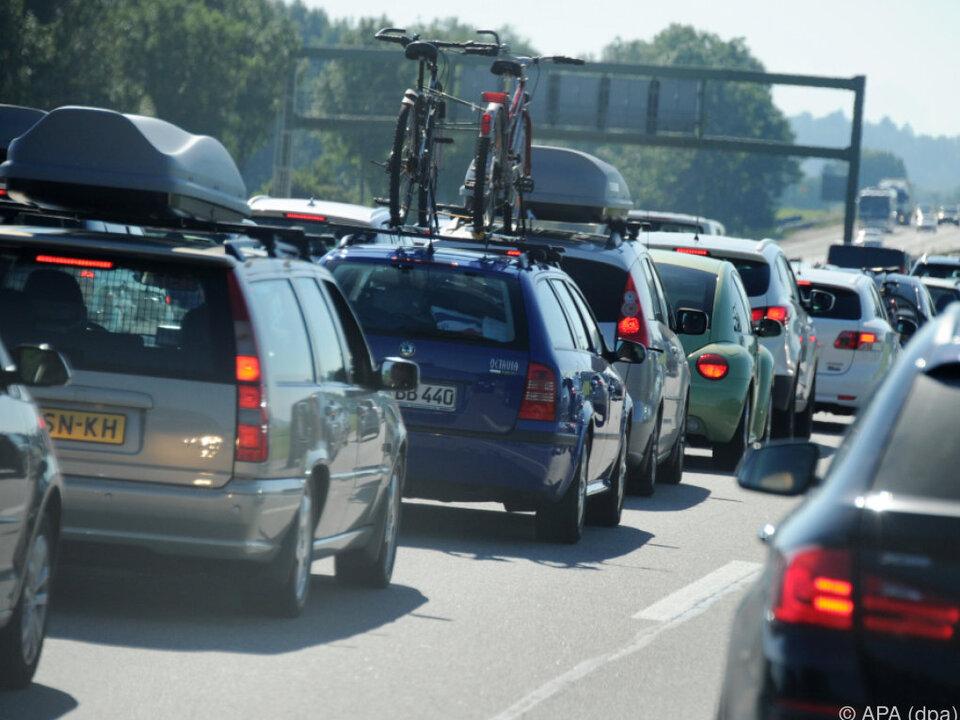 Viele wollen mit eigenem Auto in den Urlaub stau auto