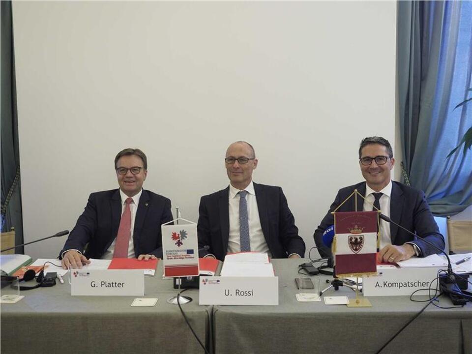 Die Landeshauptleute Platter, Rossi und Kompatscher bei der heutigen Pressekonferenz nach der EVTZ-Vorstandssitzung in Sanzeno