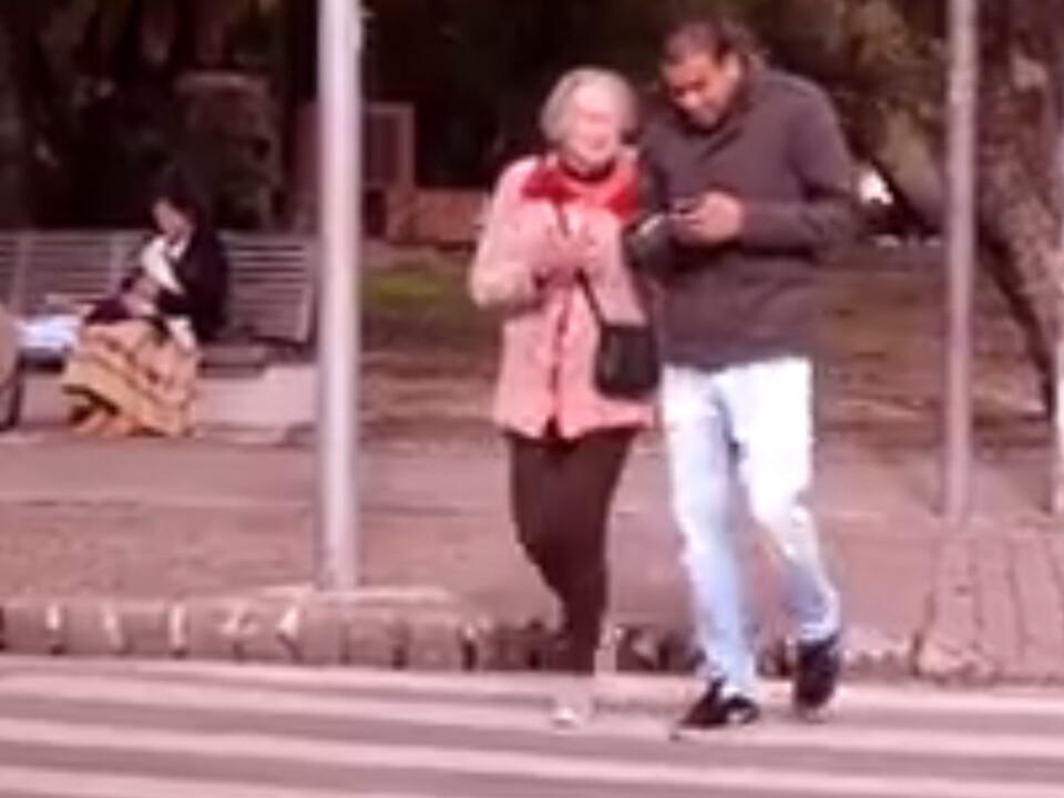 Oma Fußgänger Smartphone
