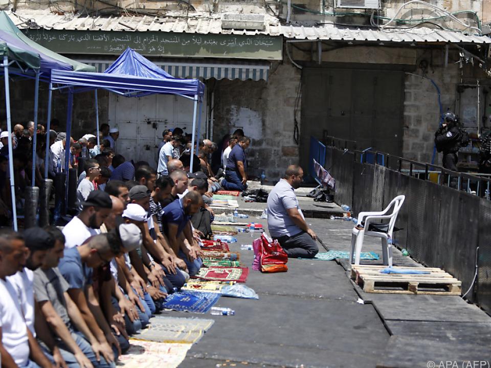 Betende und Polizisten von Angesicht zu Angesicht in Jerusalem