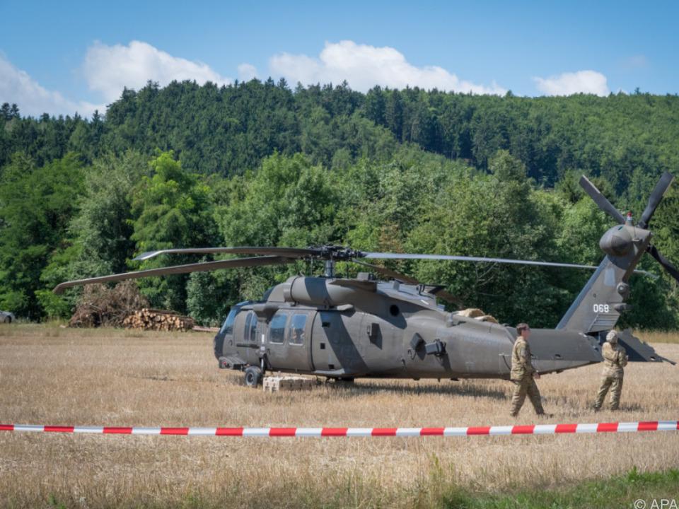 Der Hubschrauber musste im Feld notlanden