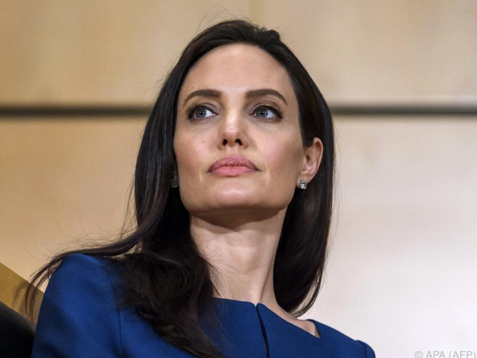 Eine Akupunktur-Behandlung hat Jolie geholfen