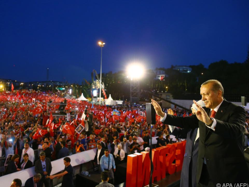 Erdogan vor seiner Rede in Istanbul