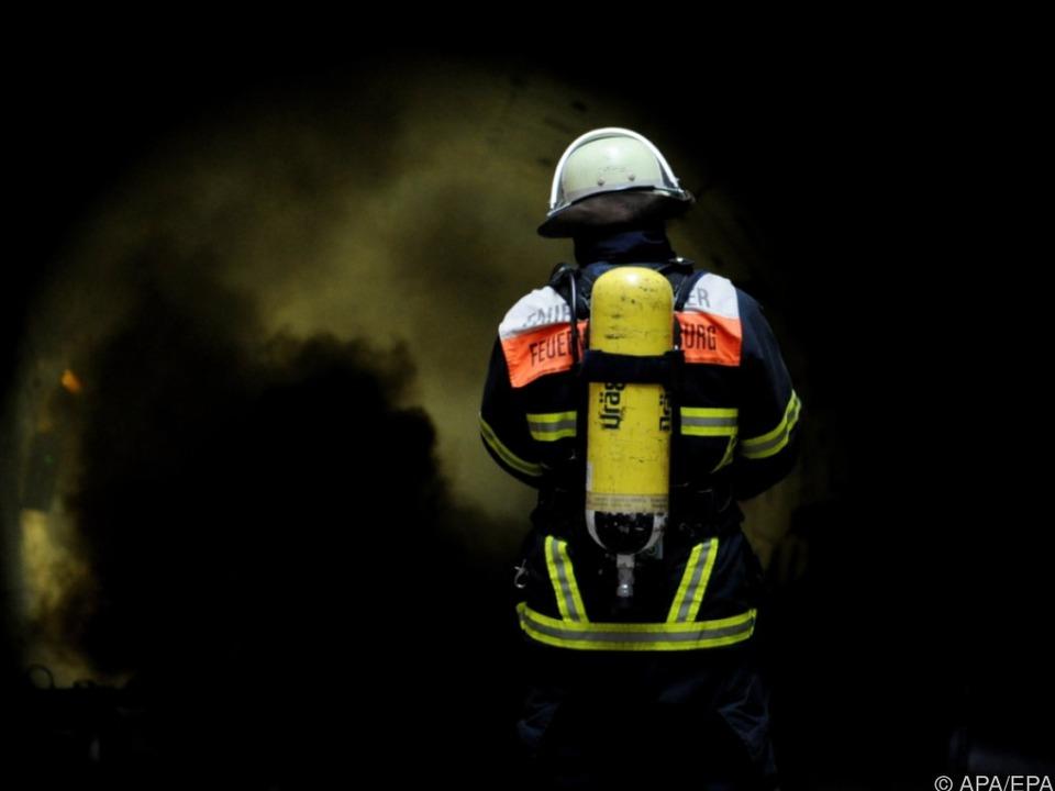 Es herrscht die höchste Waldbrandwarnstufe feuerwehr symbol